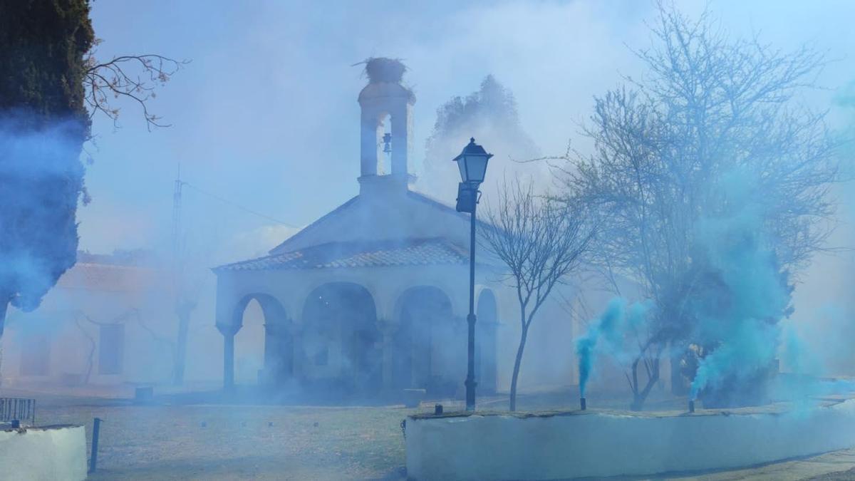 El humo de color azul exteriorizó la celebración de la Virgen de las Cruces en su ermita de El Guijo.