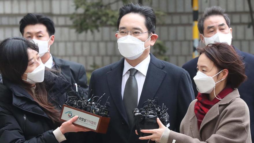 Condenan al líder de Samsung a 2,5 años de cárcel por corrupción