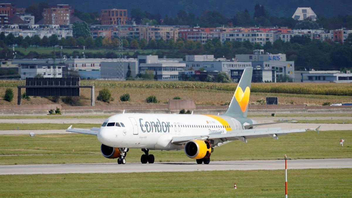 Un avión aterriza en un aeropuerto de Alemania.
