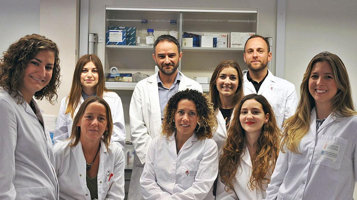 Alejandro Mira, en el centro, con su equipo investigador en el laboratorio de Fisabio. | INFORMACIÓN