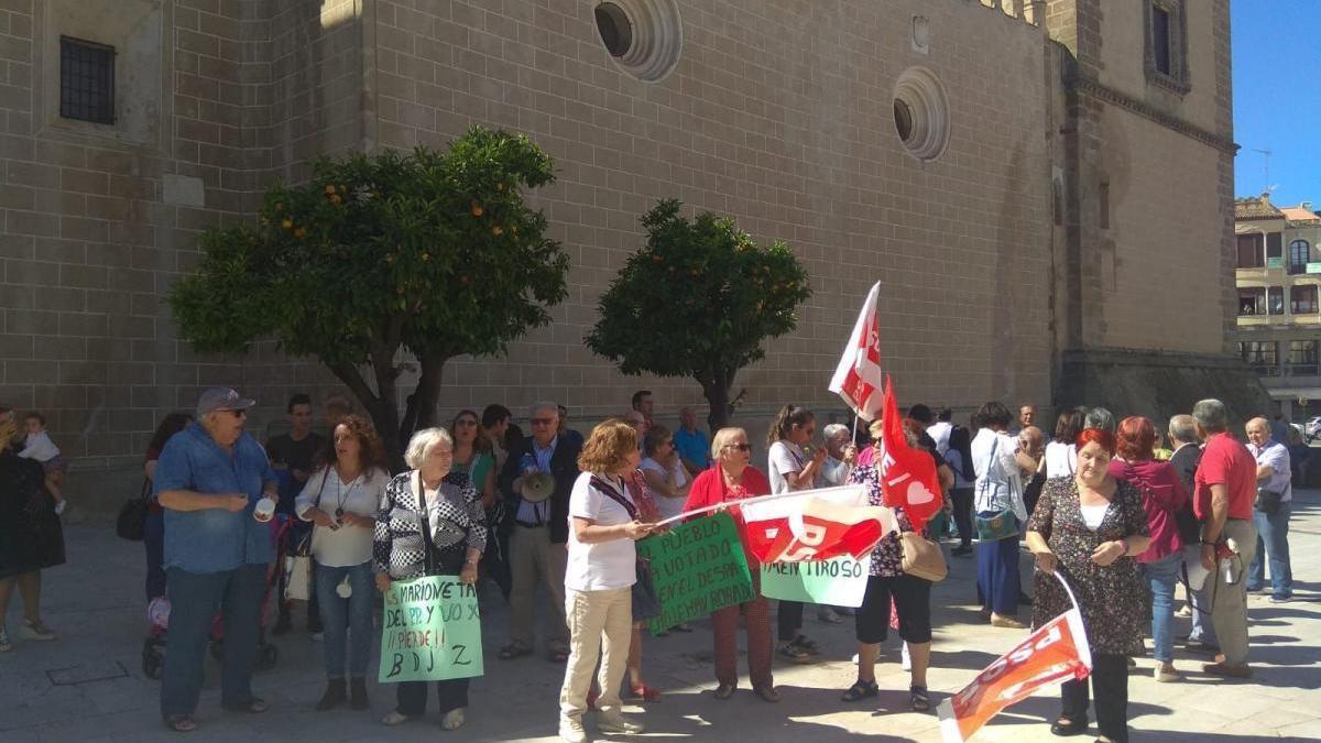 Medio centenar de personas reclaman ante el Ayuntamiento de Badajoz que gobierne el PSOE como lista más votada