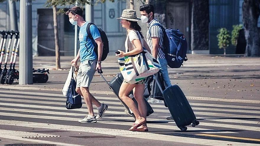 Gente paseando con mascarillas por la Plaza de España en Santa Cruz de Tenerife.