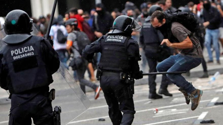 El Govern investigará una actuación de los Mossos en El Prat