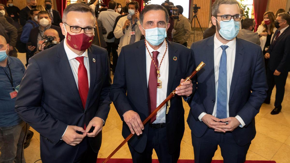 El concejal socialista José Antonio Serrano (c) es el nuevo alcalde de Murcia.