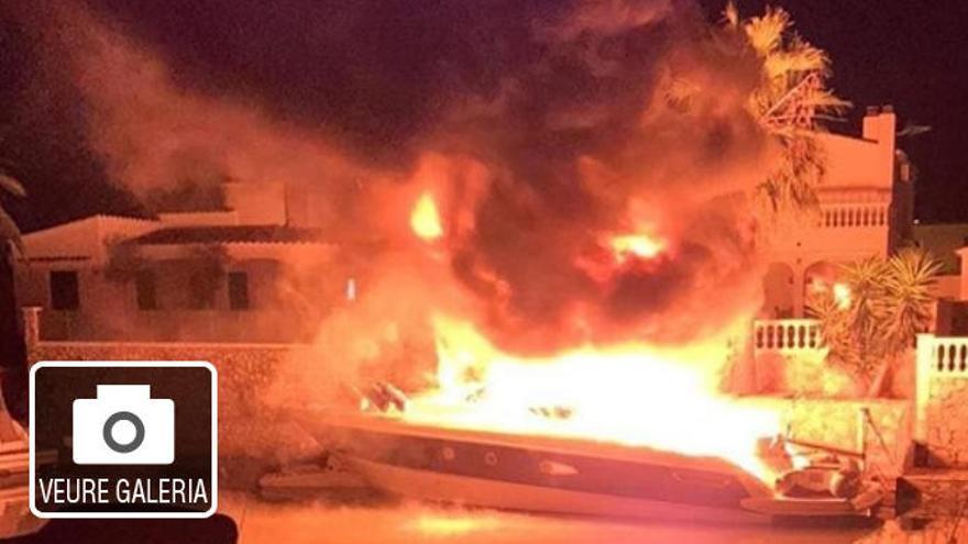 Una embarcació es crema als canals d'Empuriabrava