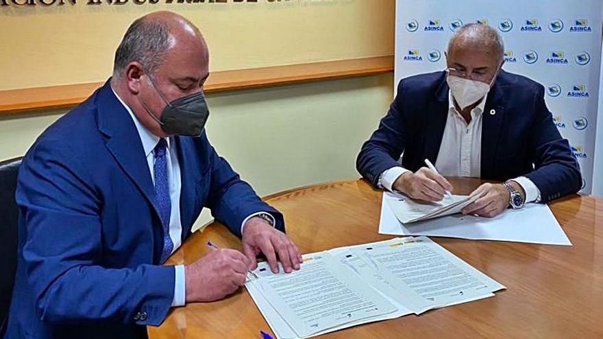 Firma del acuerdo entre Asinca y Cruz Roja Española. | | E.D.