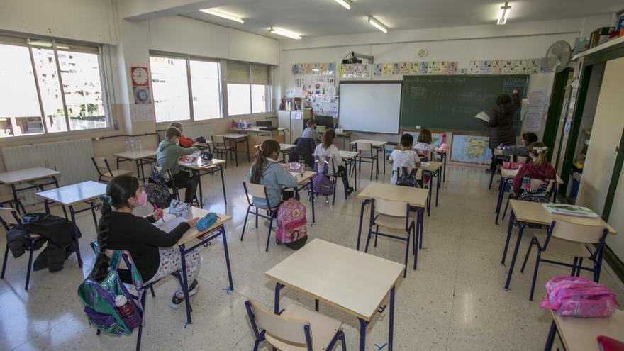 Galicia inicia la semana con menos casos de COVID en sus centros educativos pero más aulas confinadas