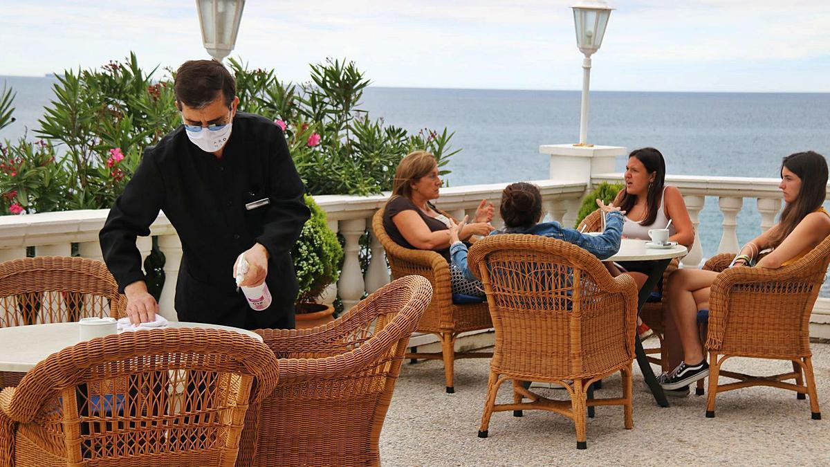 La terrassa de l'hotel Costa Brava de Platja d'Aro amb uns clients. | GERARD VILA/ACN