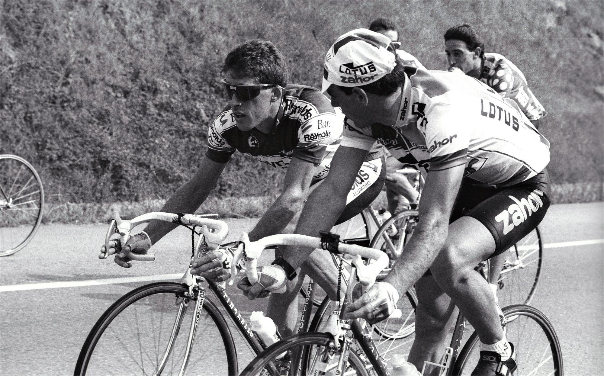 Perico Delgado y Jesús Suárez Cueva, en un momento de una carrera de la Vuelta a España