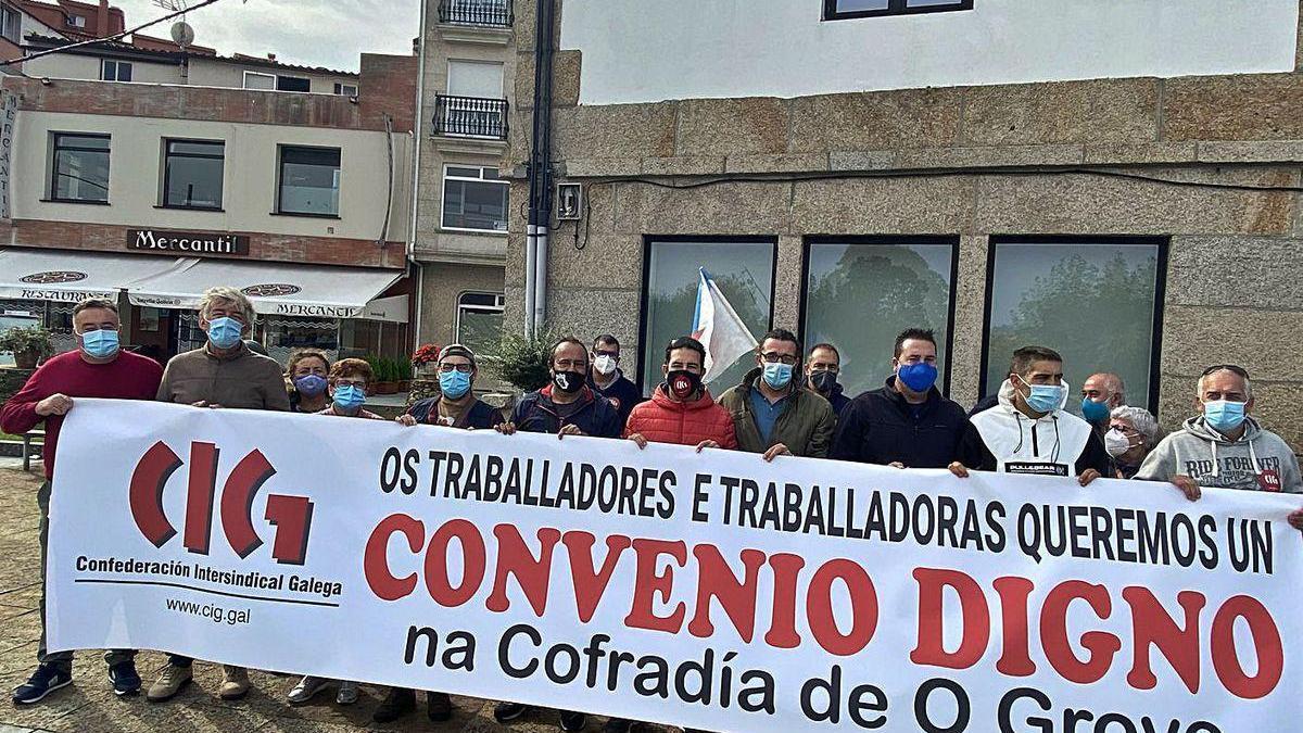 Concentración de los trabajadores de la Confraría de O Grove ante las puertas de la entidad.