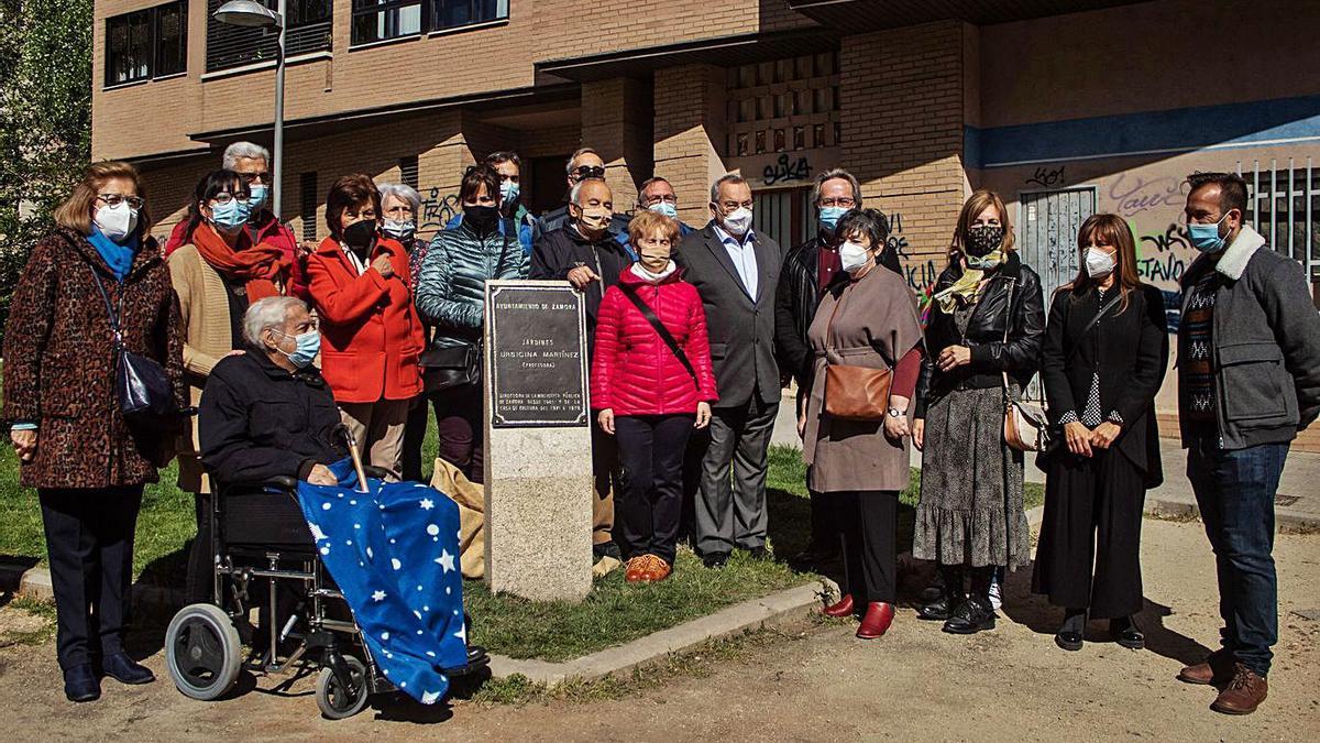 Los responsables municipales y la familia, junto a la placa. | Sara Rodríguez