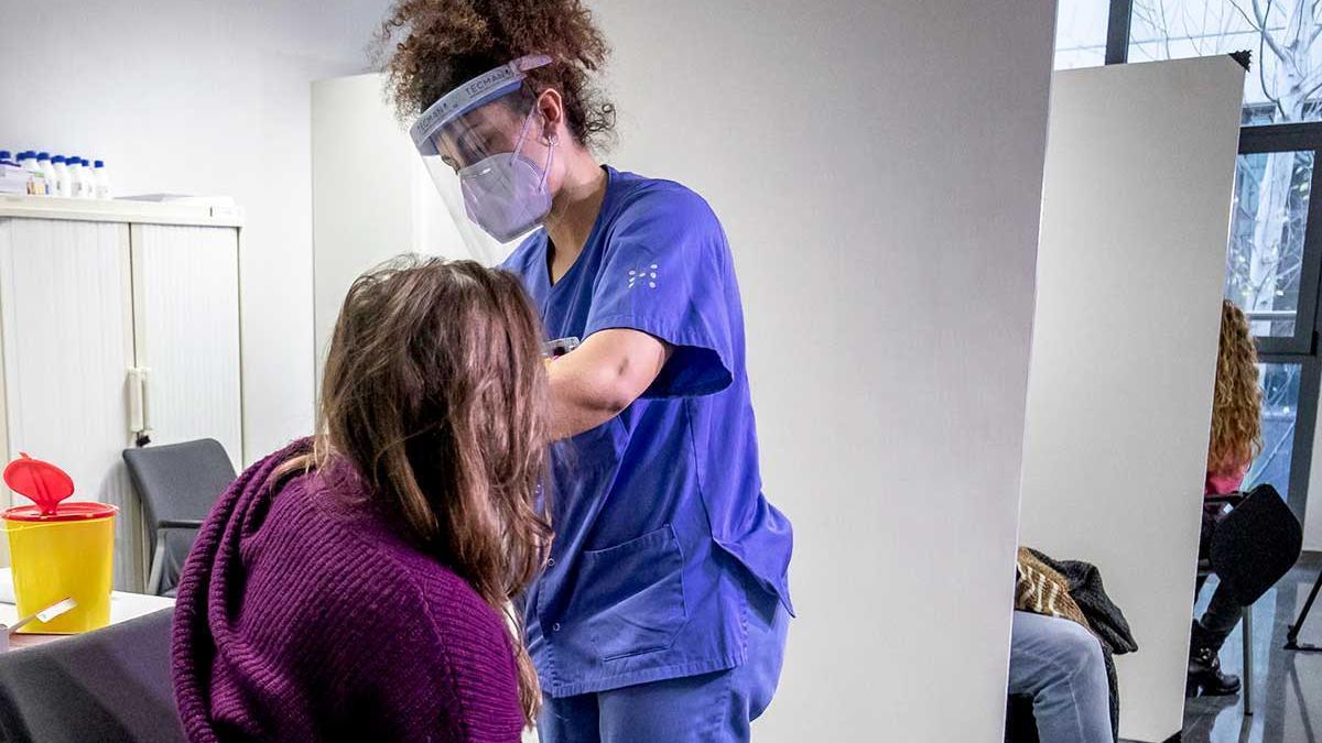 Personal sanitario vacunándose en el hospital Son Espases.
