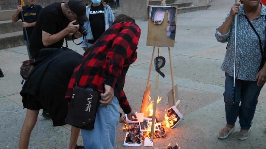 Cremen a Girona fotos de Felip VI i una bandera espanyola en protesta pel discurs del rei el 3 d'octubre de 2017