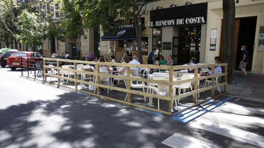En Zaragoza ya hay casi 300 bares con veladores en la calzada y 150 están a la espera