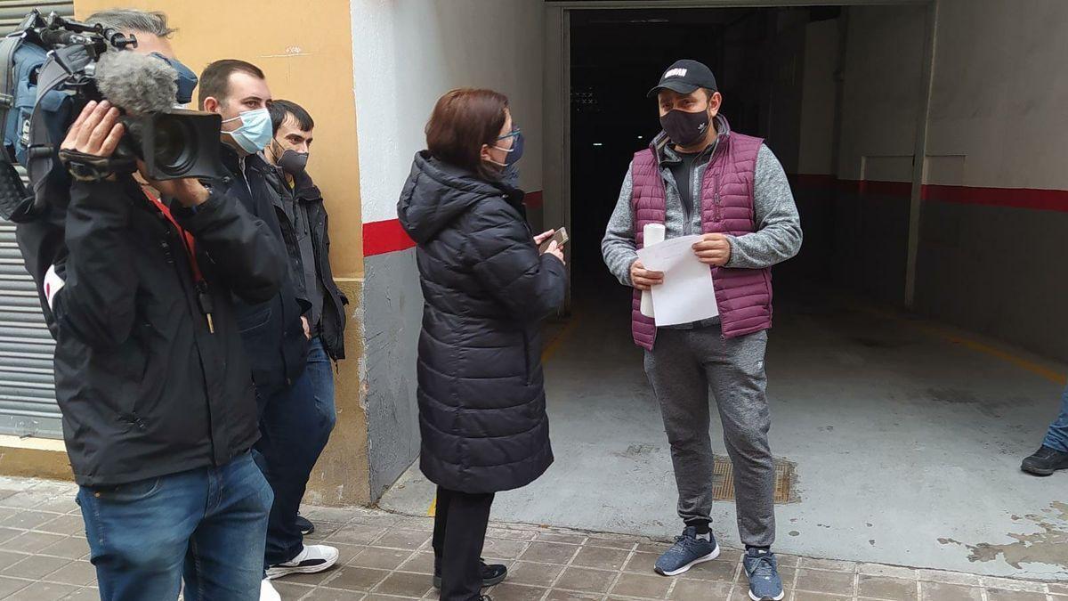 El hijo de Anica junto a la representante de la PAH tras recibir la notificación de que se paralizaba