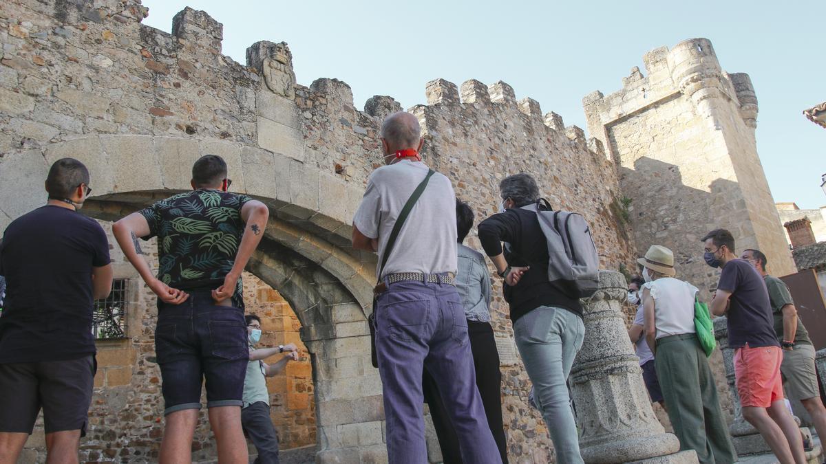 Asistentes a la ruta temática sobre la heráldica cacereña de la asociación de guías-historiadores.