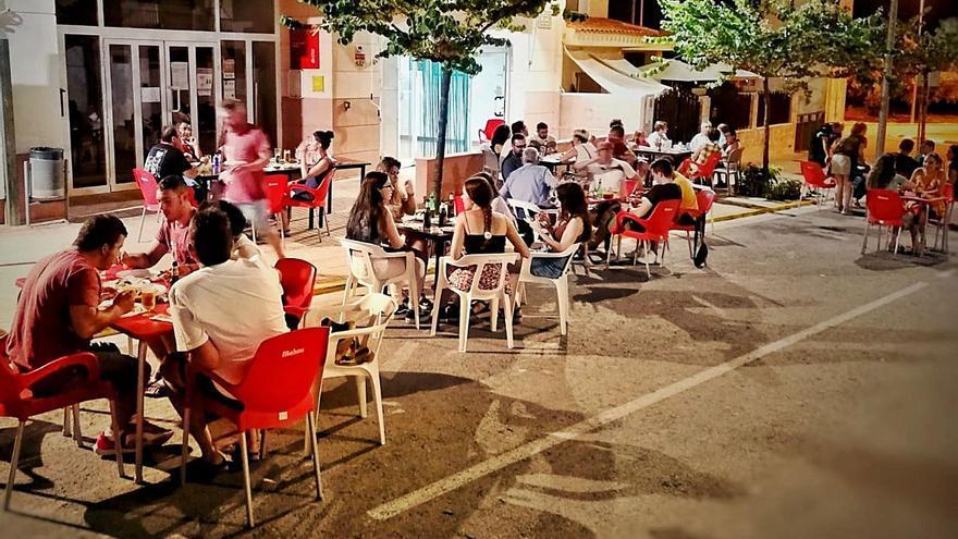Beniatjar recupera su único bar gracias a una pareja extranjera