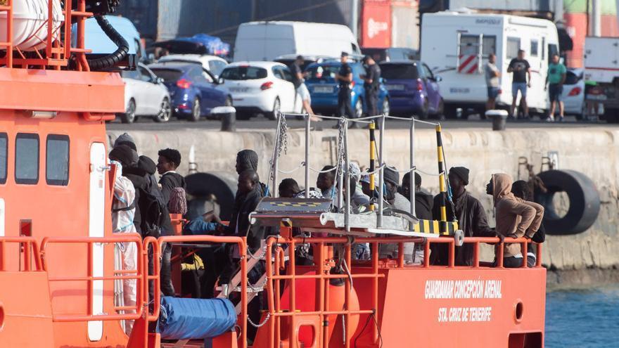 Rescatan a cuatro inmigrantes en una patera en aguas del Estrecho