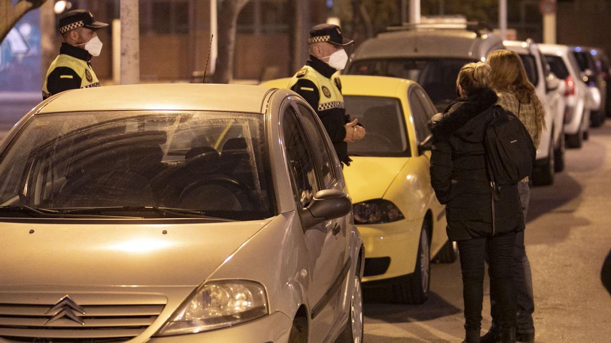 Patrulla nocturna de policía en Sagunt