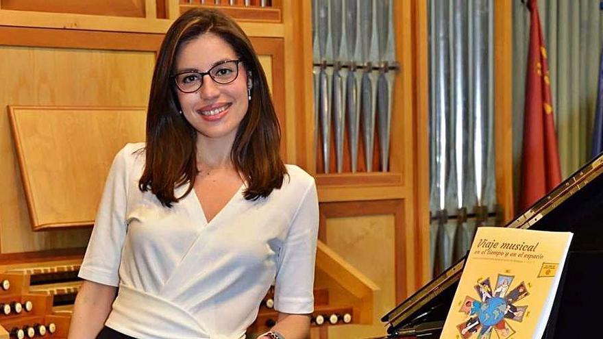 La profesora Montserrat Tristán Rodríguez, junto a su libro. | L.O.