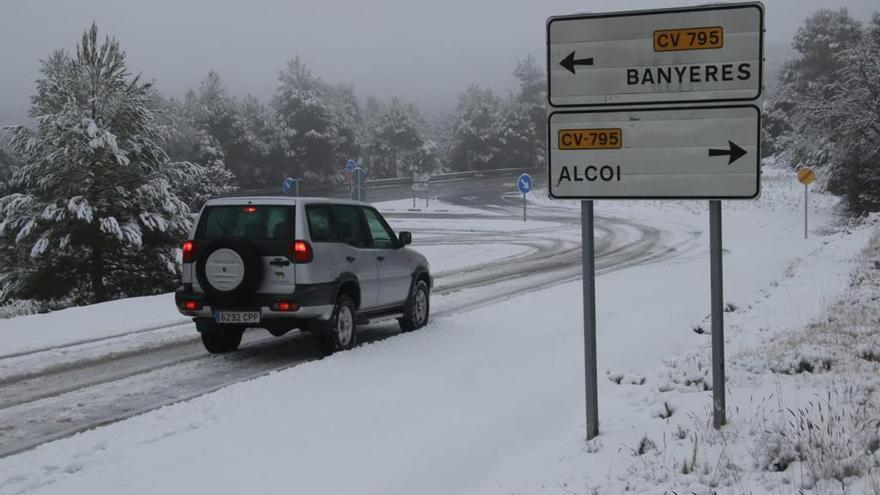 Los conductores ponen cadenas para poder transitar entre Alcoy y Banyeres