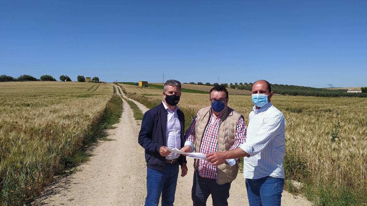 Un momento de la visita del diputado y el alcalde a las obras de los caminos de Montalbán.