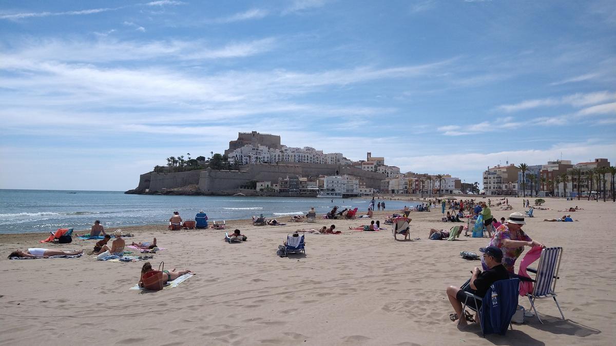 Gran imagen de la playa de Peñíscola, muy concurrida, esta mañana.