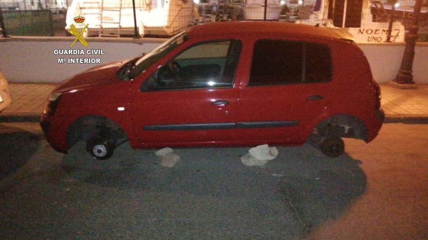 Cuatro investigados por robar 18 botellas de bebidas alcohólicas y las llantas de un coche