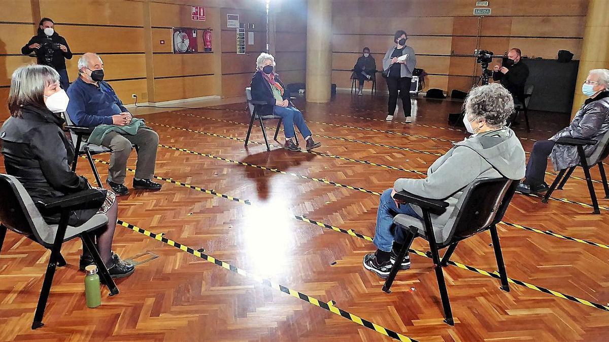 Os maiores que participaron onte na gravación no Liceo, coa moderadora á esquerda.     // I.R.