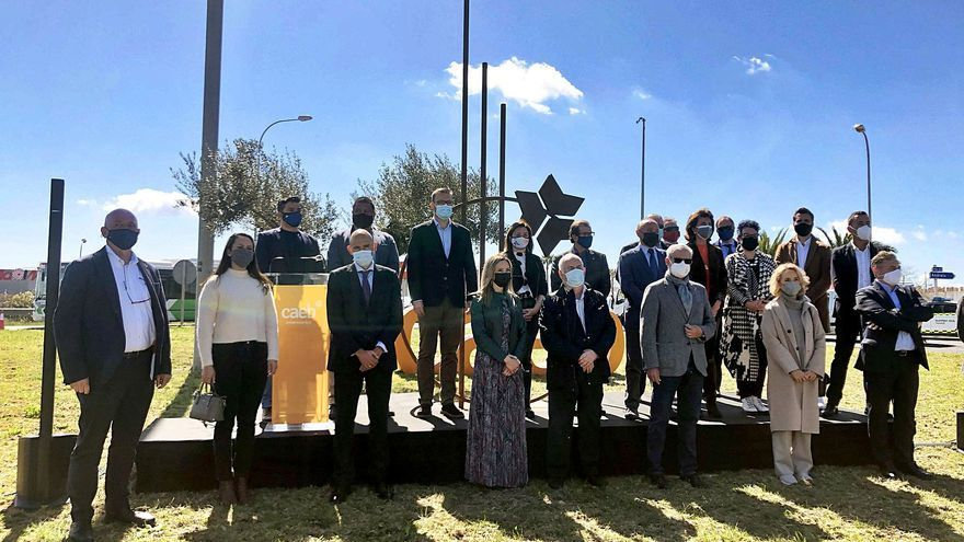 Caeb inaugura una escultura  en homenaje a los empresarios