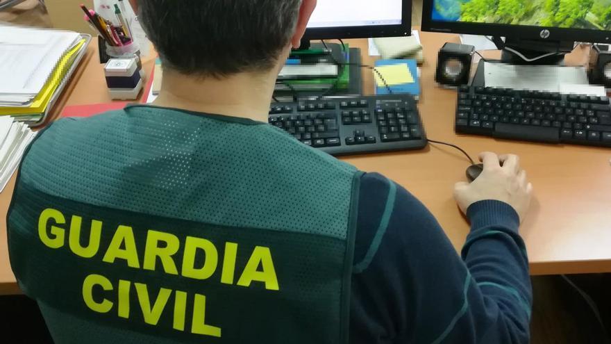 Agente de la Guardia Civil investiga delitos telemáticos.
