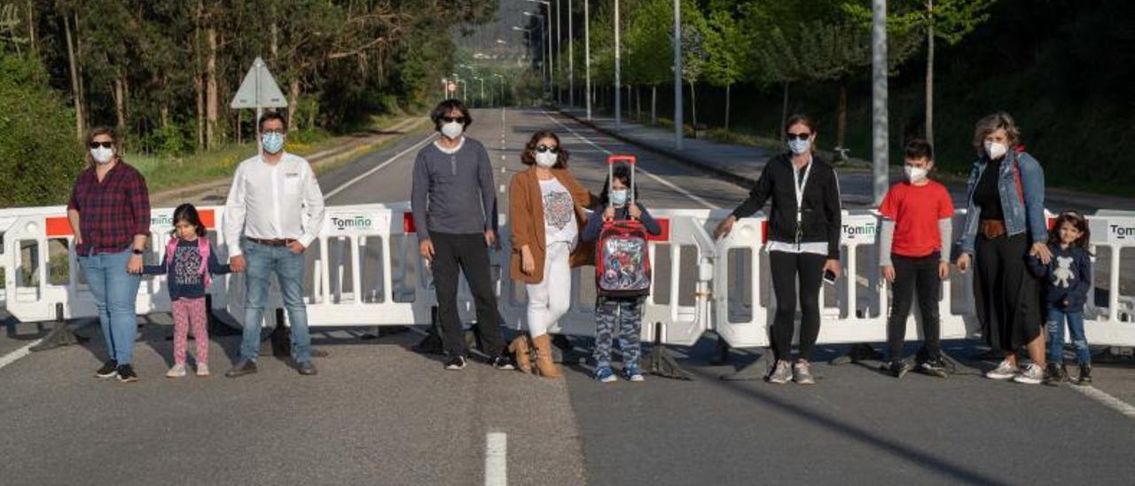 Algunas de las familias de Tomiño afectadas, en el puente internacional que une Goián con Vila Nova de Cerveira
