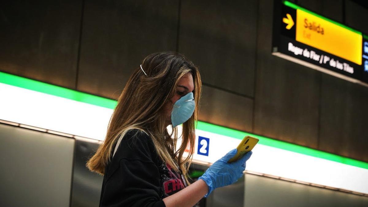 Una joven con mascarilla, este lunes en la estación de metro del Perchel.