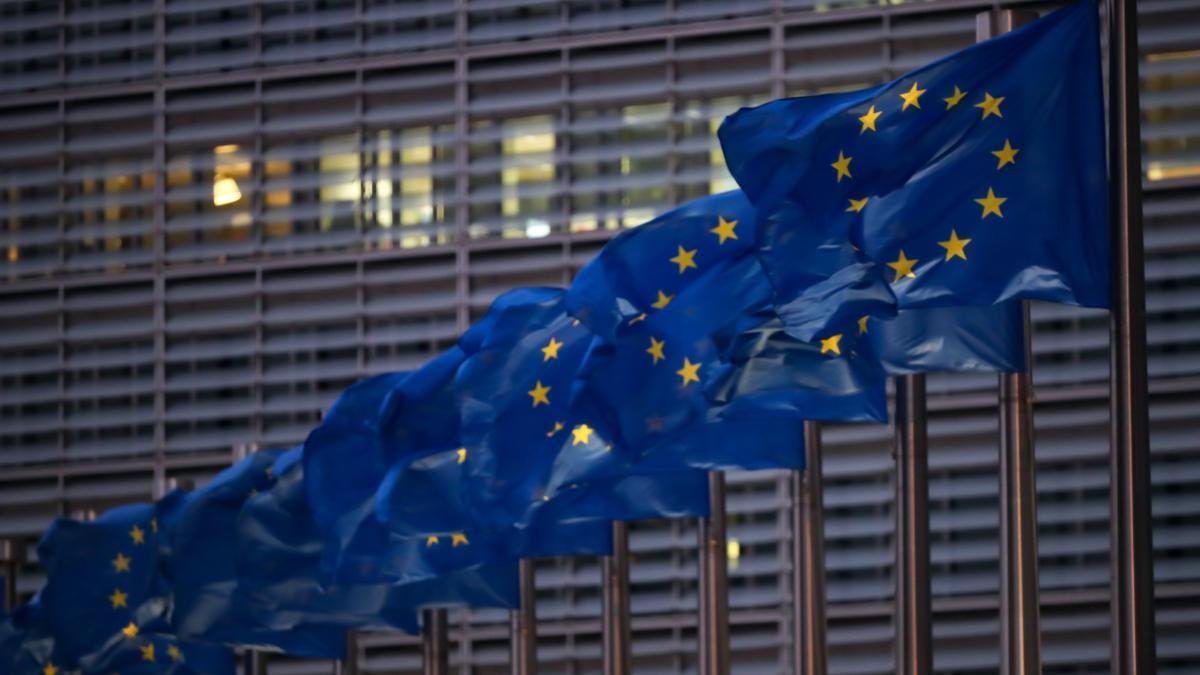 Banderas de la UE a las puertas de la Comisión Europea.