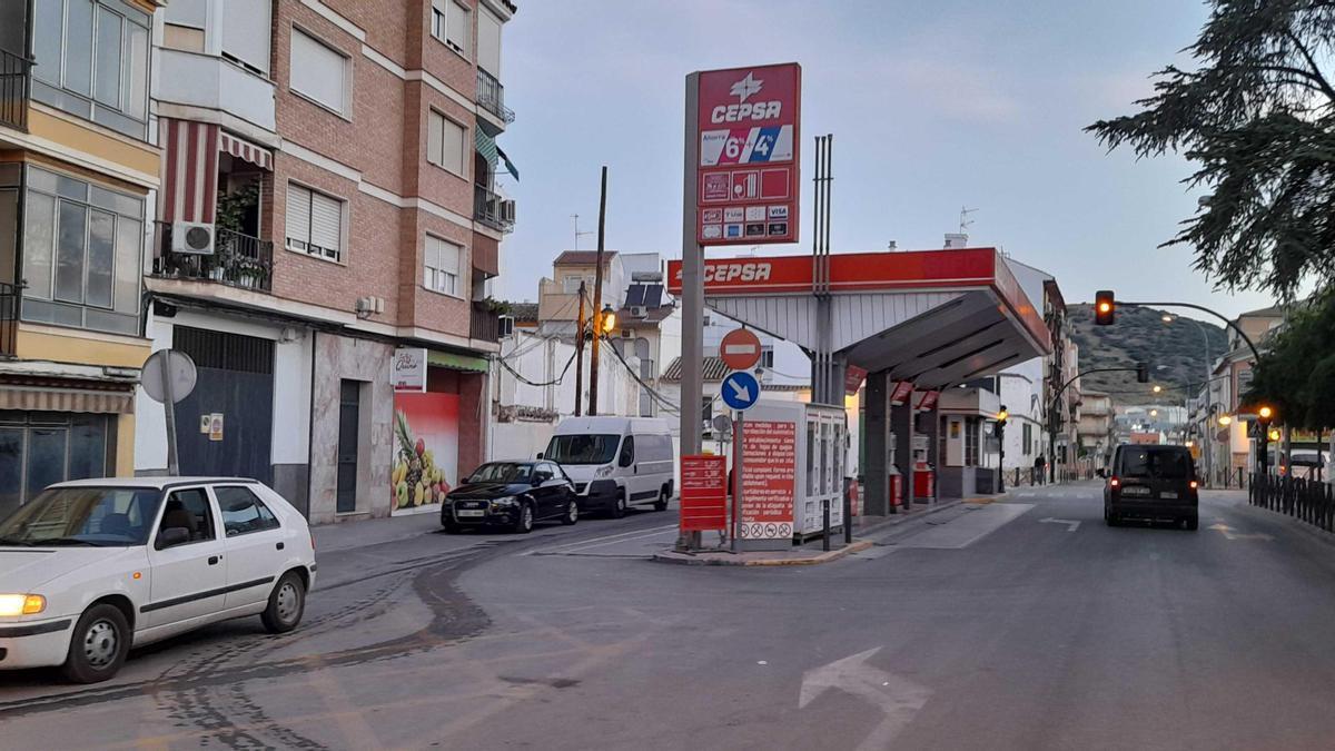 La gasolinera se encuentra en el centro del casco urbano egabrense.