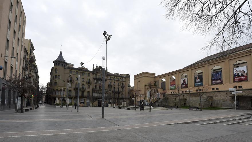 Baralla entre dos grups amb ampolles i cendrers a la plaça Sant Domènec de Manresa