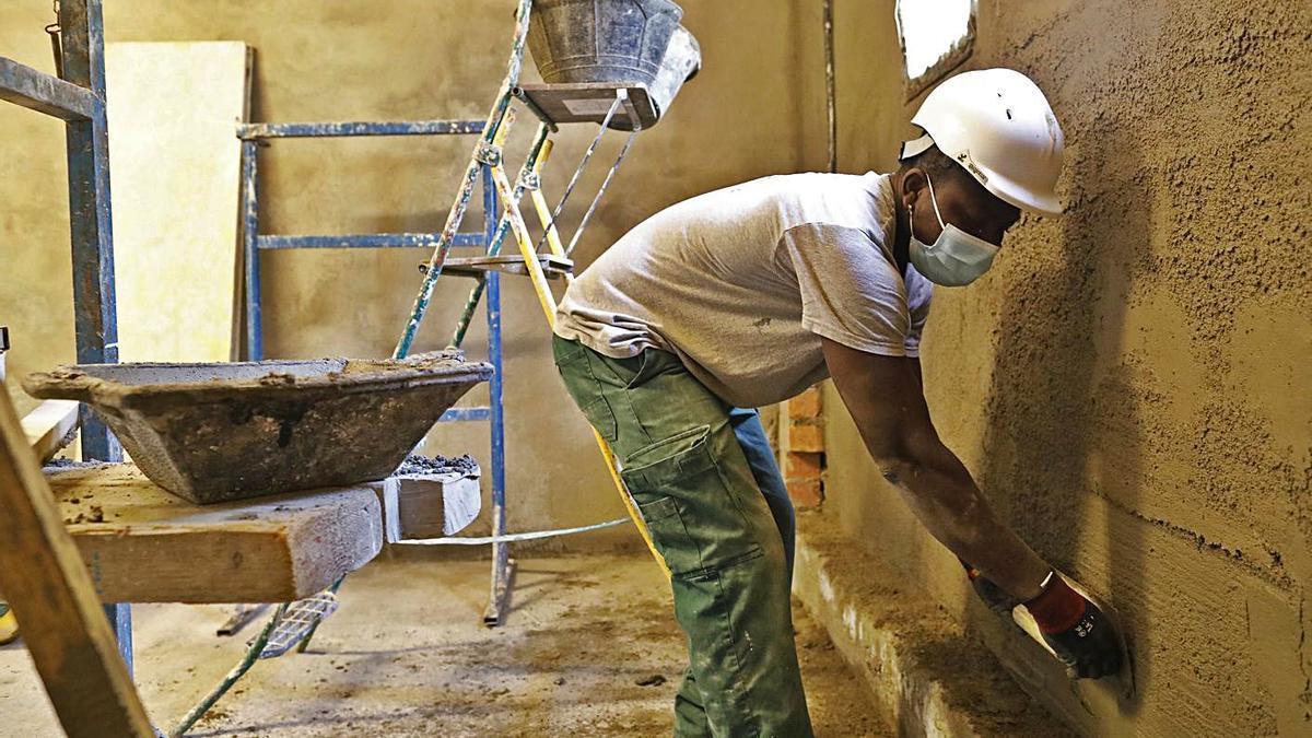 Frank Artur, acabant de cursar les pràctiques del PTT de construcció, de l'SMO de Girona.   ANIOL RESCLOSA