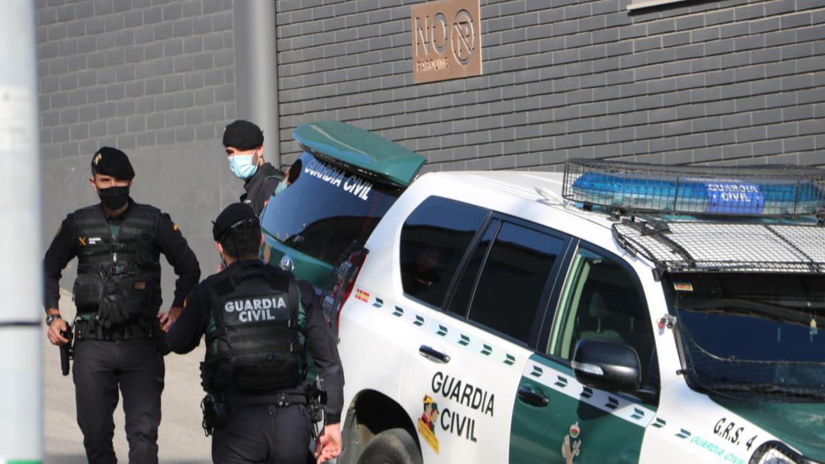 Efectius de la Guàrdia Civil fent un escorcoll a l'empresa Events a Igualada. Imatge del 28 d'octubre del 2020.