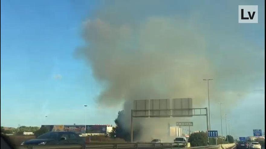 Un incendio en la CV-35 dificulta la visibilidad a los coches