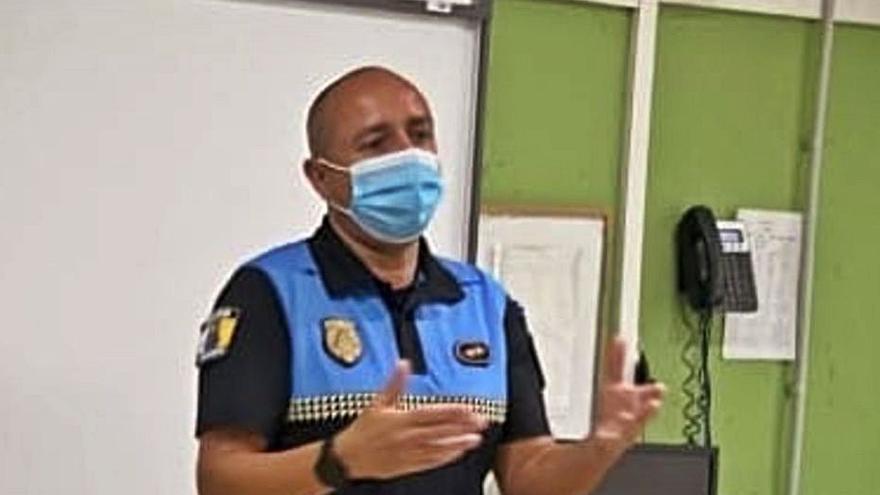 Un policía local de Guía de Isora evita la asfixia de una mujer en una tasca del casco