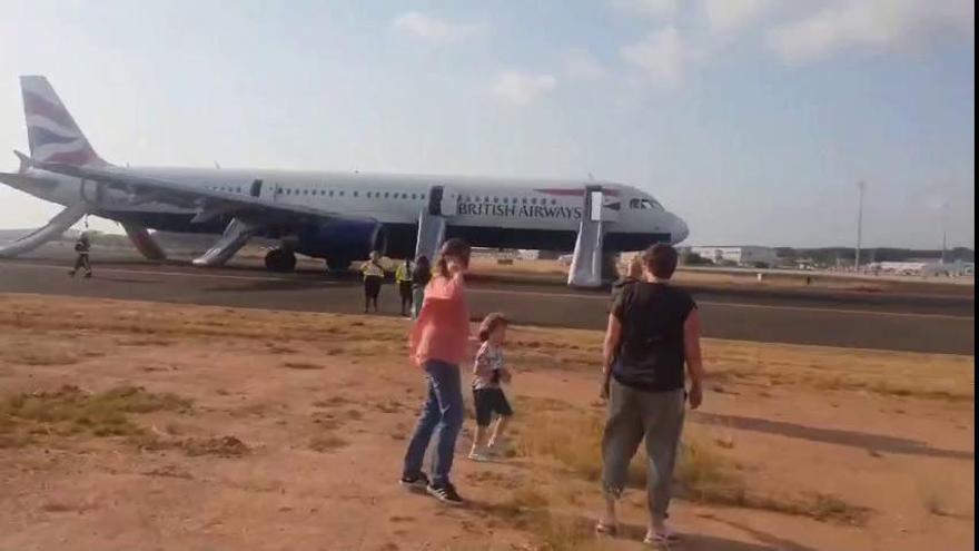 Veinte heridos leves al aterrizar en Valencia un avión con fuego en un motor