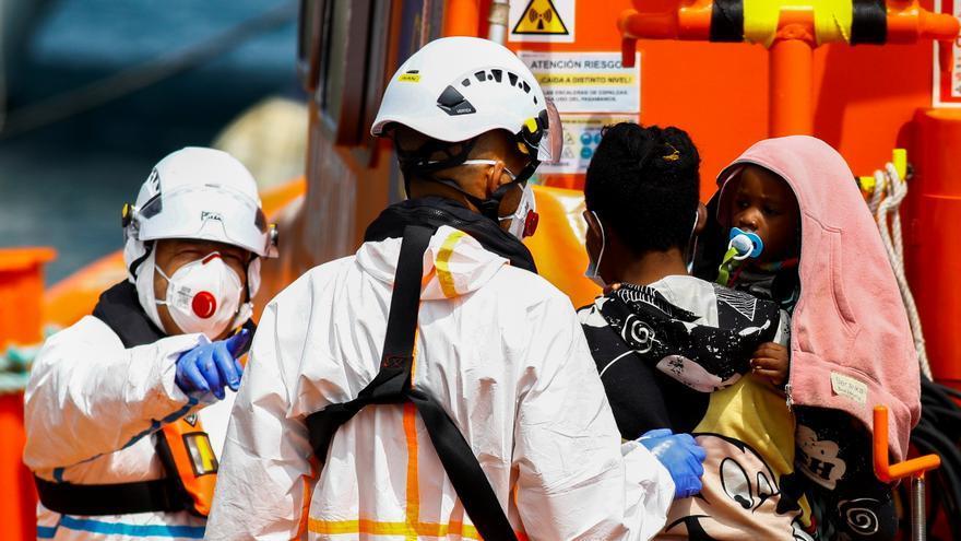 Los 53 subsaharianos localizados cerca de Lanzarote elevan a 124 los migrantes rescatados hoy en Canarias