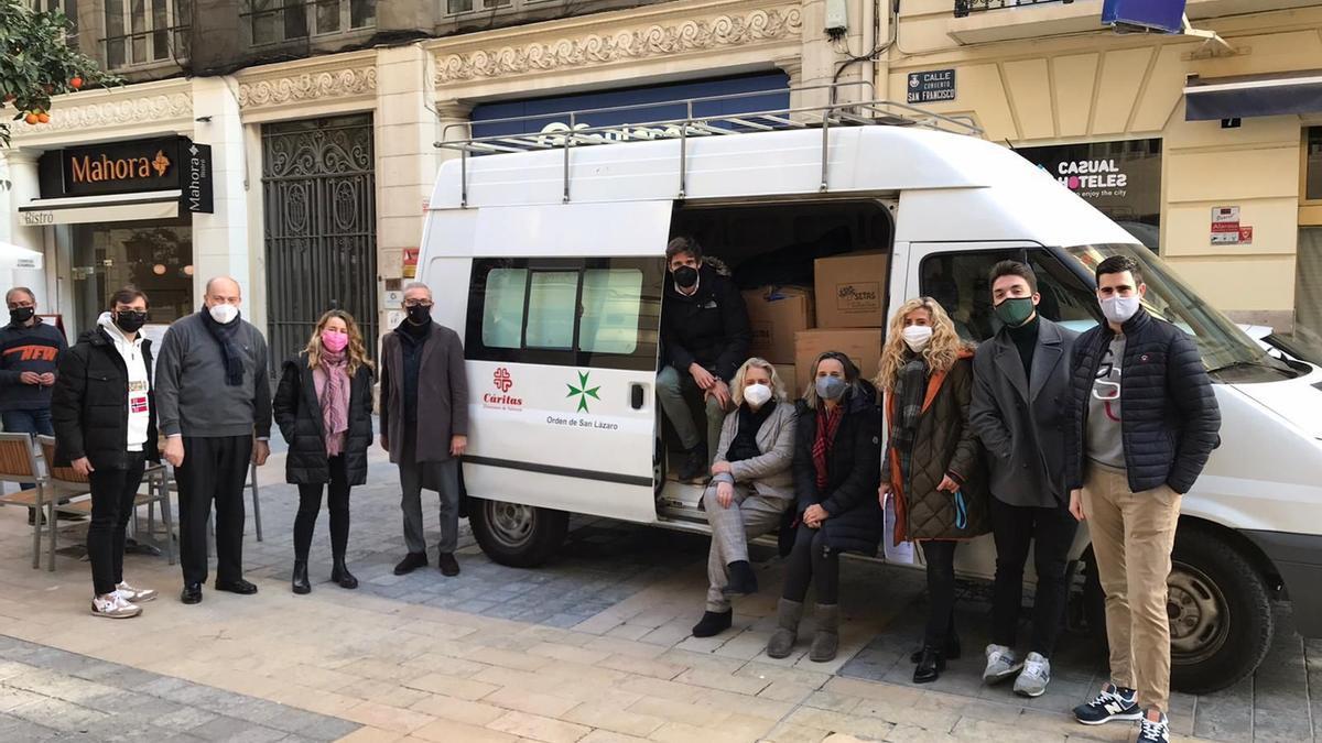 El grupo, con la camioneta de Cáritas ya llena