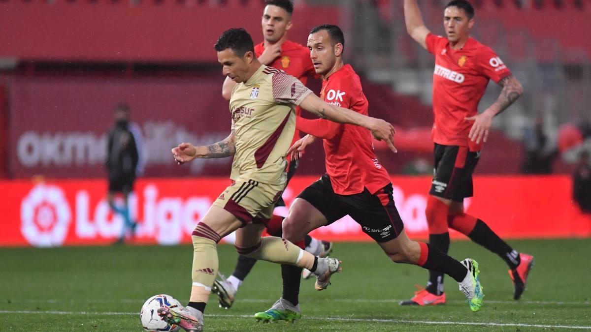 Rubén Castro conduce el balón en el partido ante el Mallorca