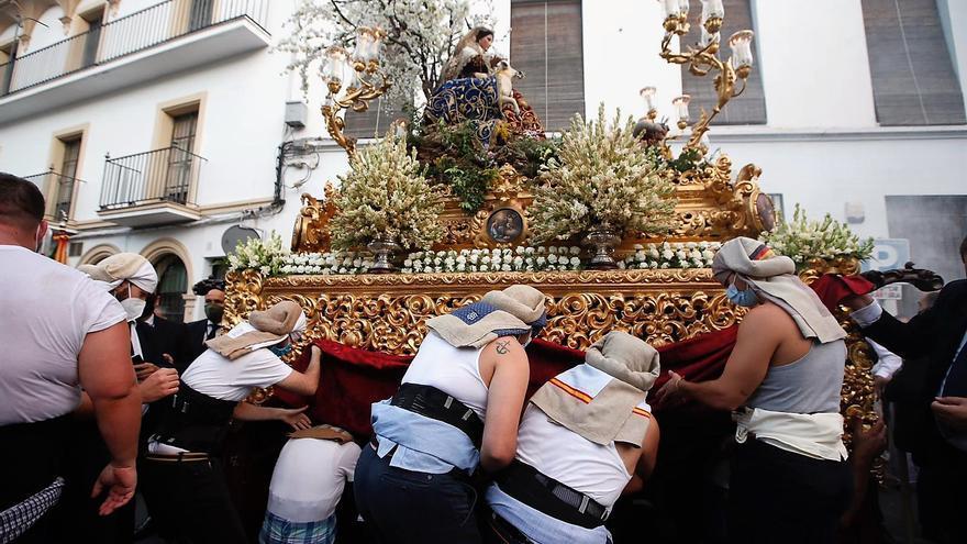 La Divina Pastora, primera procesión con banda y costaleros de la pandemia, llena las calles