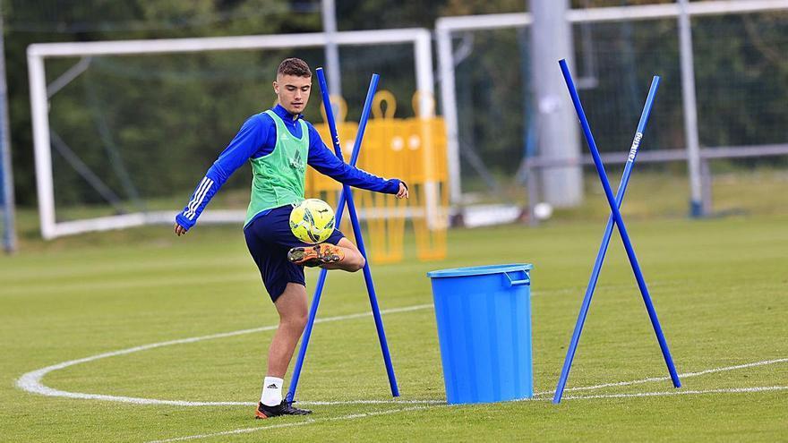 Hace entrenamientos extras y tiene mucho talento: así es Álex Suárez, el juvenil del Oviedo reclutado por Ziganda para el derbi
