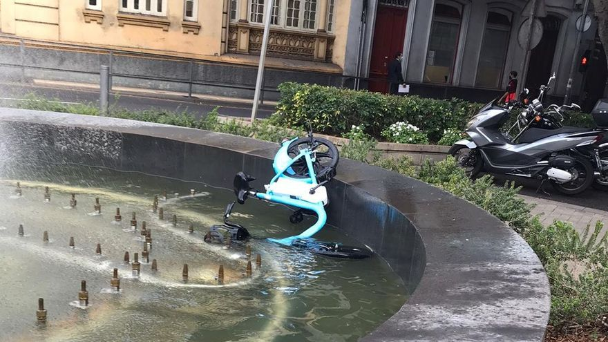 Una bicicleta eléctrica de alquiler amanece 'nadando' en una fuente