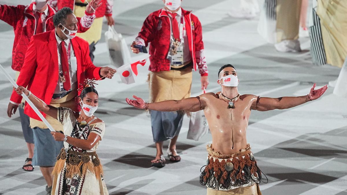 El abanderado de Tonga saluda durante la ceremonia de inauguración.