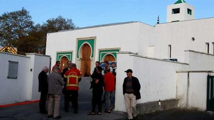 Un ultra de 84 años hiere a tiros a dos hombres ante la mezquita de Bayona