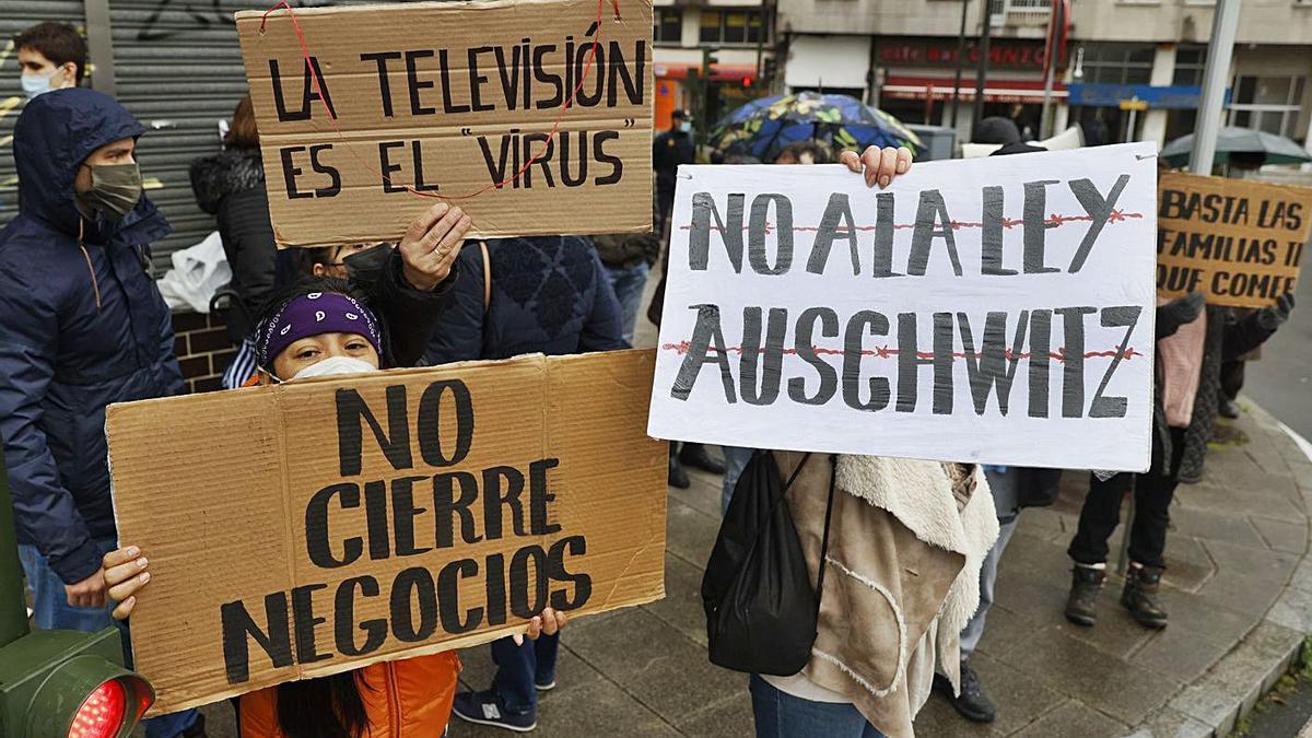 Participantes en una protesta contra la ley gallega de salud, el martes, frente al Parlamento. |   // LAVANDEIRA JR.